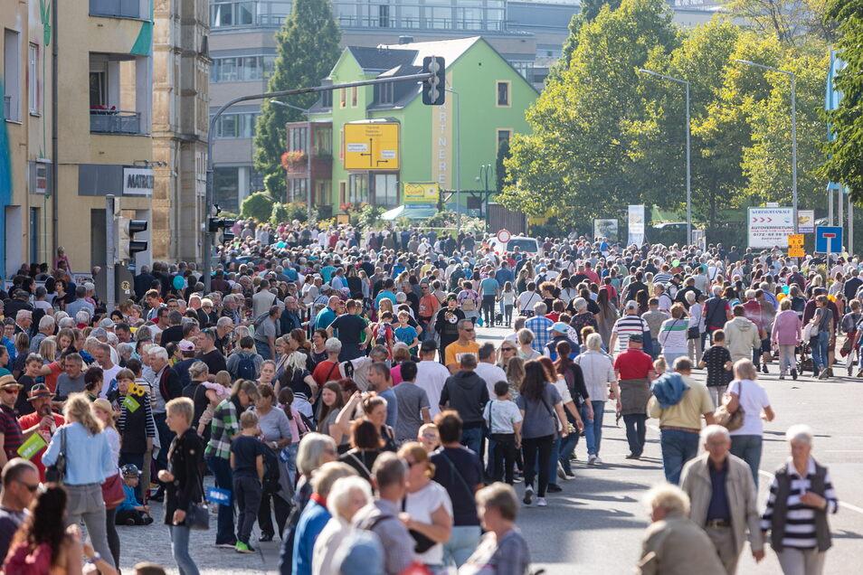 Bei schönstem Spätsommerwetter waren Tausende auf der gesperrten Dresdener Straße unterwegs.