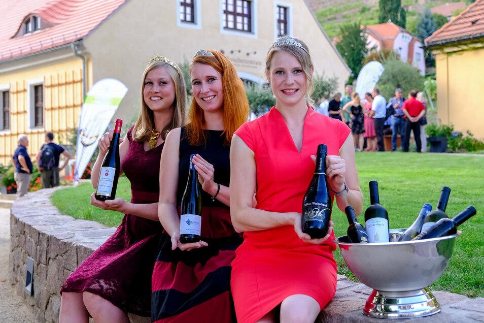 Von Weinkönigin Lisa Leinemann (links) sowie den Prinzessinnen Katrin Hecht (Mitte) und Ann-Kathrin Schatzl auf der Hoflößnitz präsentiert: Sachsens goldgekürte Weine von 2017/2018.