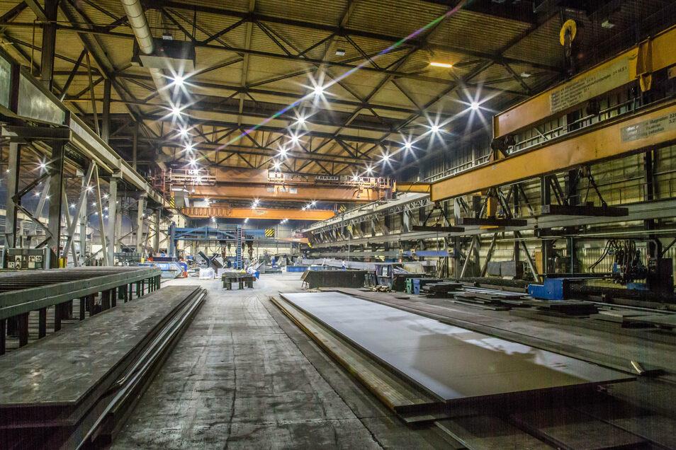 Die menschenleere Halle täuscht. In der Stahl Technologie Niesky GmbH wird gearbeitet, denn das Werk ist mit Aufträgen ausgelastet. Zunmindest bis Jahresende.