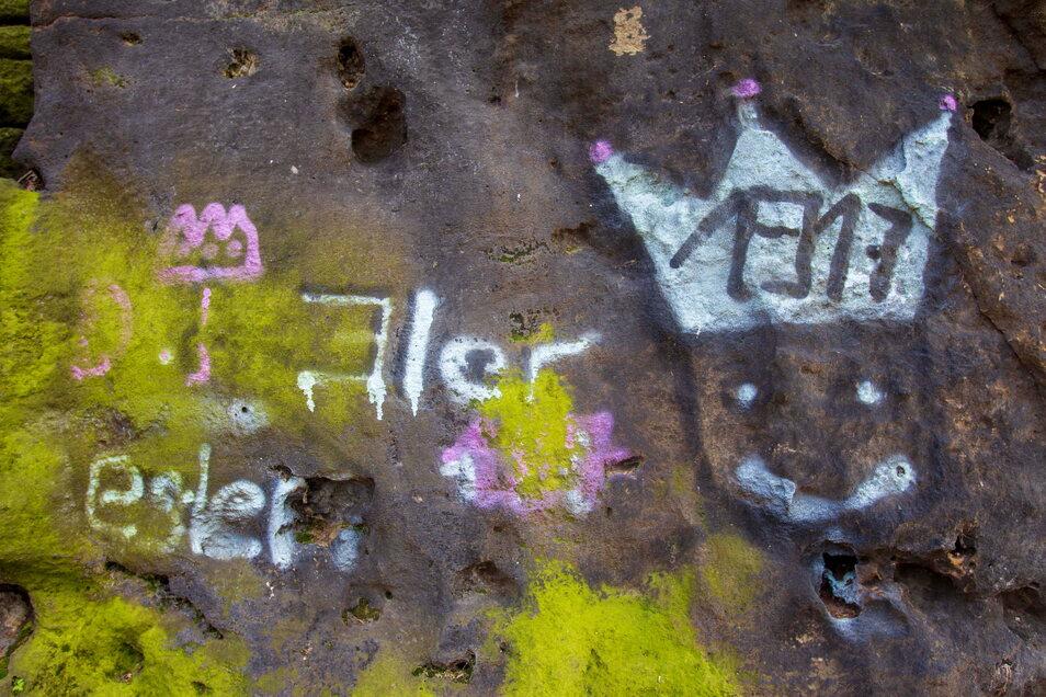 Sandsteinfelsen an der Wettinhöhe wurden mit Graffiti beschmiert.