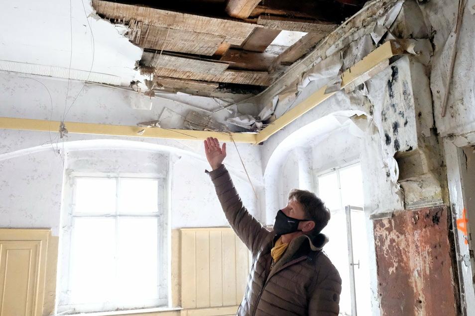 Im Dachgeschoss wütete der Schwamm arg. Die Schilfdecke muss nicht nur deswegen von Grund auf saniert werden. Das ärgert Walter Hannot.
