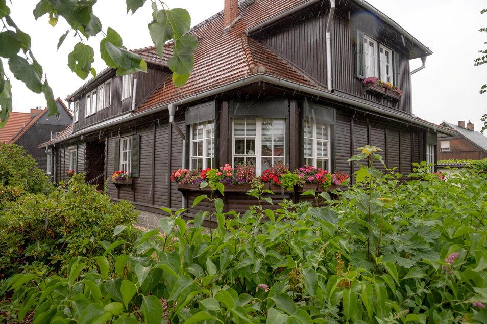 Im Obergeschoss von Müllers Holzhaushälfte befindet sich die Ferienwohnung mit eigenem Zugang. Sie ist komplett mit einer Küche ausgestattet.