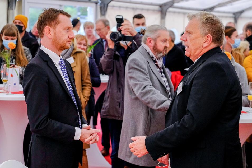 Sachsens Ministerpräsident Michael Kretschmer (CDU, li.) hat die Schule mit eröffnet und kam mit vielen Gästen ins Gespräch.