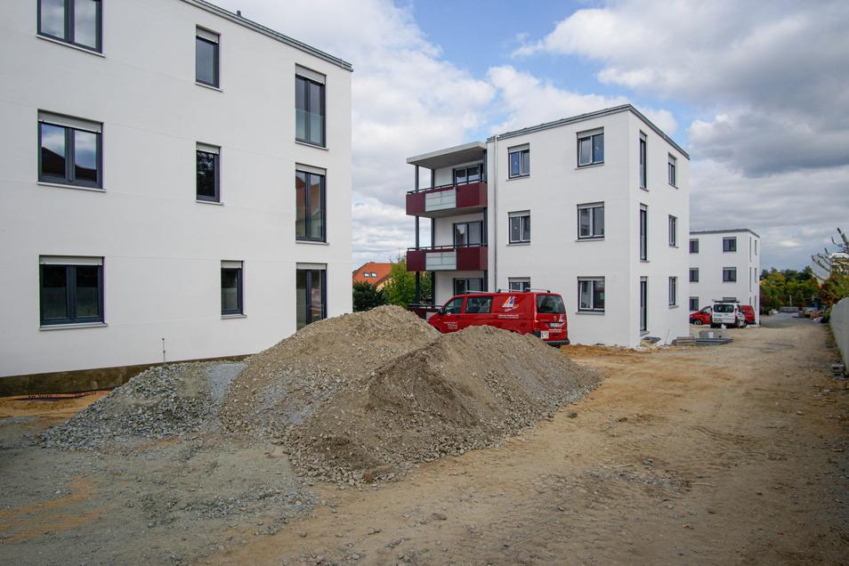 Die Häuser in der Fllinzstraße sehen von außen schon recht fertig aus. Die Straße neben den Häusern muss aber noch gebaut werden.