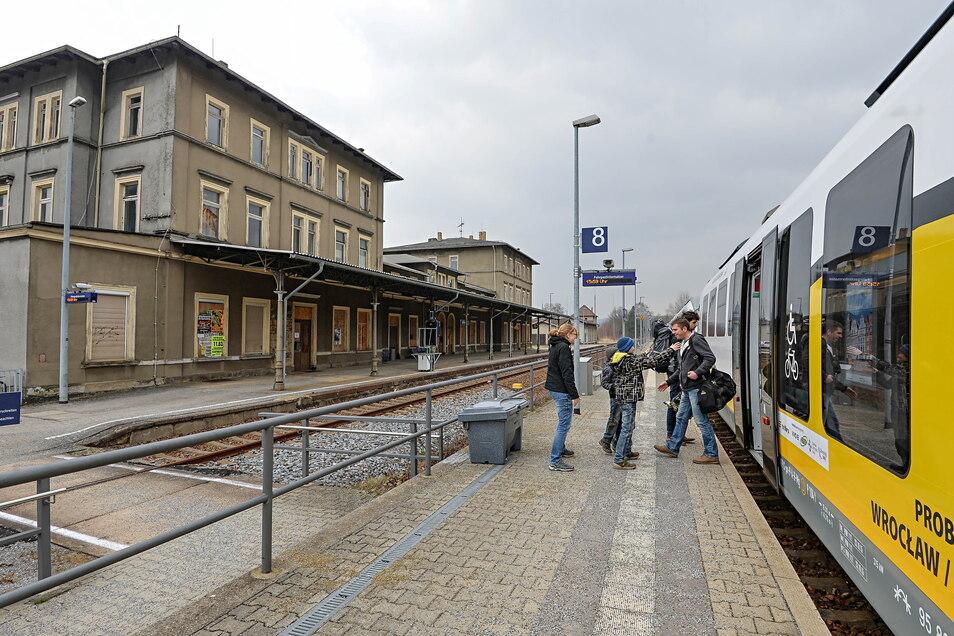 Der 140 Jahre alte Wilthener Bahnhof steht zum Verkauf. Den schlechten Zustand - eingestürzte Holzbalkendecken, feuchte Mauern, undichte Dächer - sieht man dem Gebäude von außen nicht an.