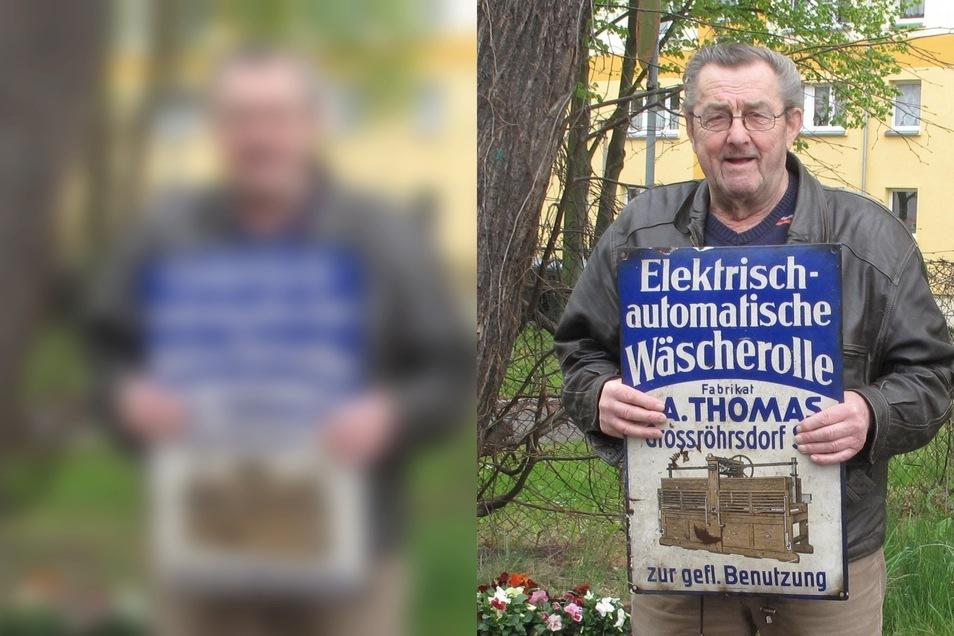 Jochen Iwanzeck zeigt das Werbeschuld, das er auf seinem Dachboden fand.