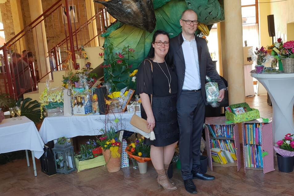 Bürgermeister Markus Hallmann und seine Frau Juliana freuen sich über so viele Spenden zum Einrichten einer neuen Schul-Bibliothek in Mittelherwigsdorf.