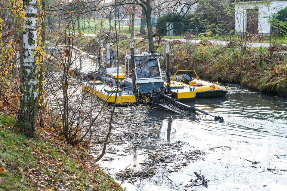 Im Jahr 2014 war auf dem Gröditzer Kanal so ein Saugspülboot unterwegs. Jetzt arbeitet eines zwischen Spansberg und der Landesgrenze auf der Kleinen Röder.
