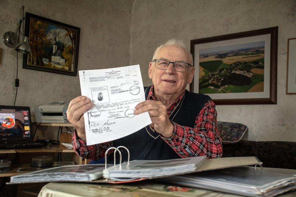 Herbert Thalheim zeigt seine Urkunde zur Entlassung aus englischer Gefangenschaft. Nur weil er als 16-Jähriger keine SS-Tätowierung mehr bekommen hatte, kam er glimpflich davon.