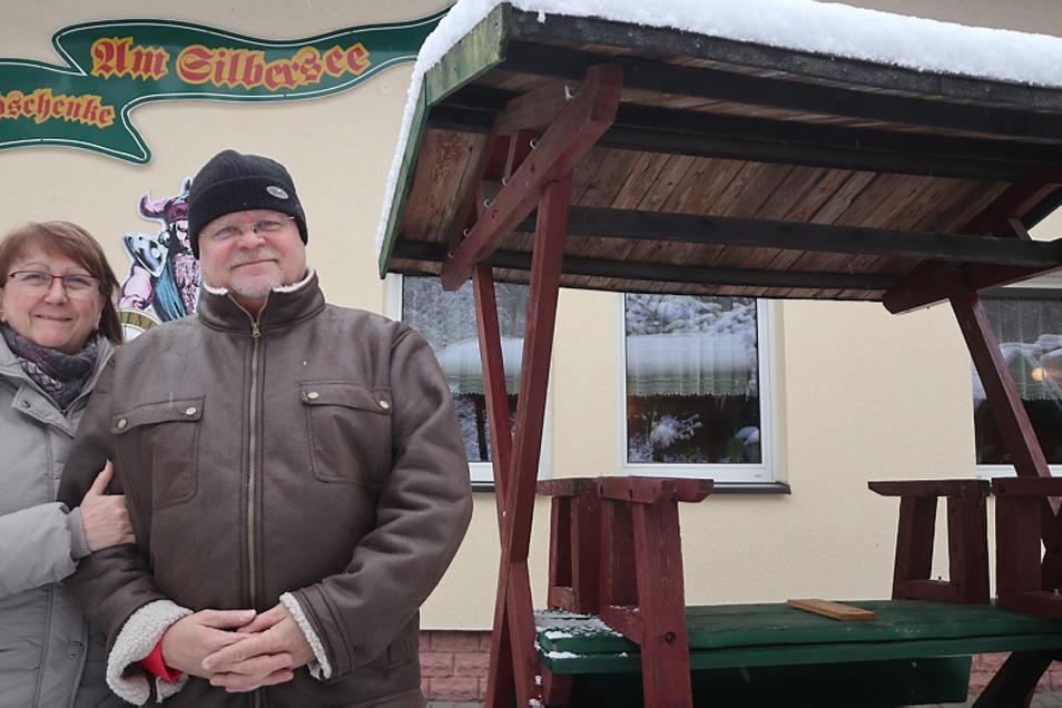 """Burgfried Tannenhauer und seine Frau Ines stehen vor der Gaststätte """"Waldschenke"""" am Silbersee. Diese besteht seit 30 Jahren."""