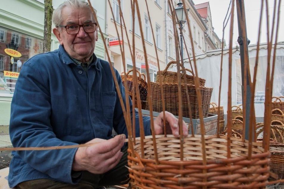 Korbflechten ist eine alte Handwerkskunst – und diese wurde beim Bauernmarkt von Gotthard Börner aus Reinersdorf gezeigt.