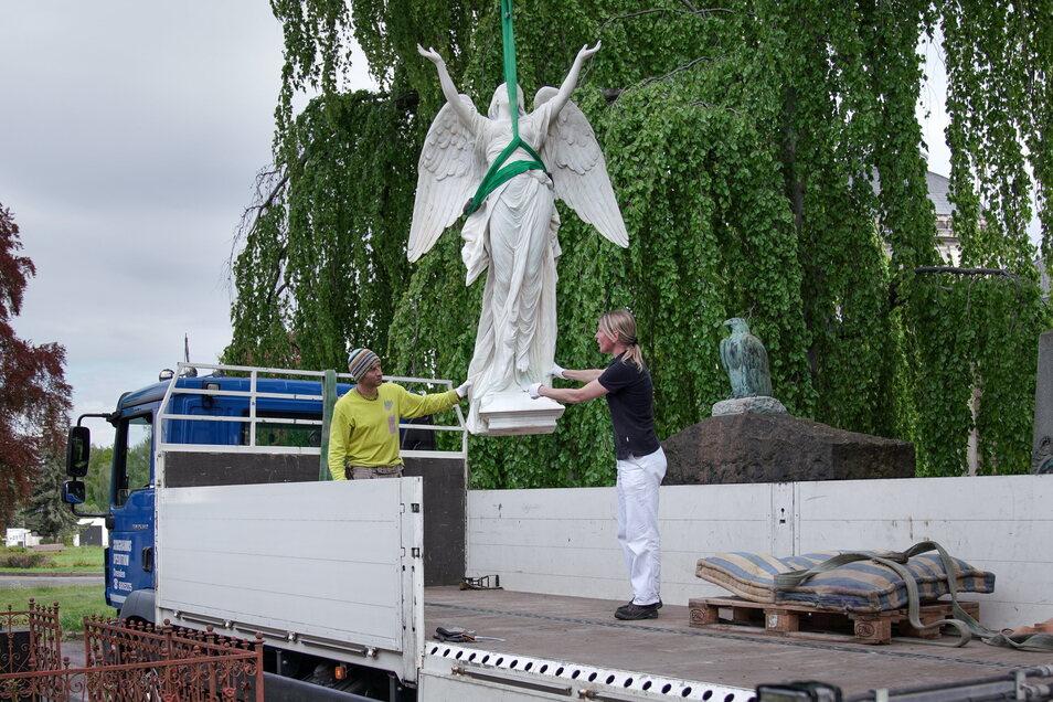 Unter Aufsicht der beiden Restauratoren Dana Krause und Sebastian Kolbe wird die Engelskulptur vom Lkw gehoben.