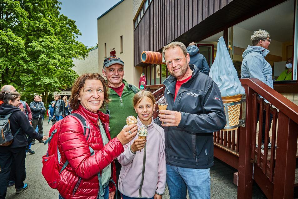 Eis essen am Panoramahotel der Bastei, Kathrein Schmidt, Tochter Smilla, Jens Reichardth aus Genthin (Sachsen-Anhalt) und mit Basecap Henning Heiser aus Ullersdorf bei Radeberg.