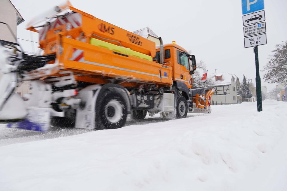 Sämtliches Personal und die ganze verfügbare Technik seien im Winterdienst im Einsatz, um die kommunalen Straßen frei zu machen, sagte der Gröditzer Bauhof-Leiter Norbert Both.