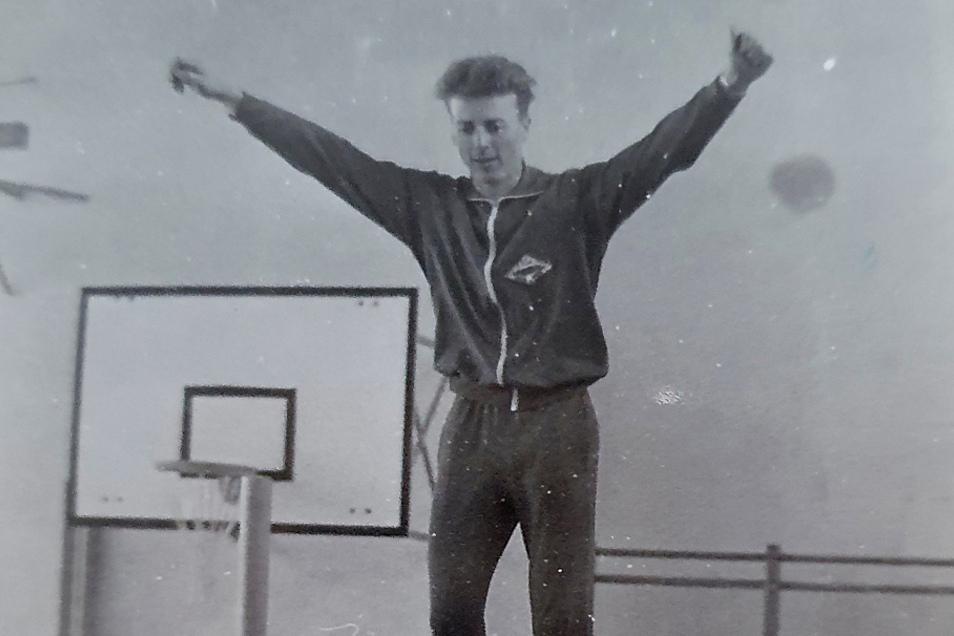 """Absolute Körperbeherrschung ist eine wesentliche Voraussetzung für einen Turner. Gustav Schürgut brachte diese mit. Das Foto zeigt ihn 1972 im """"zarten Alter"""" von 32 Jahren auf dem als Batude bezeichneten große Trampolin."""