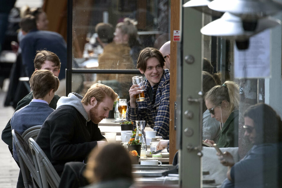 Kontaktverbot: Fehlanzeige. In Schweden treffen sich Menschen auch weiterhin in Bars.
