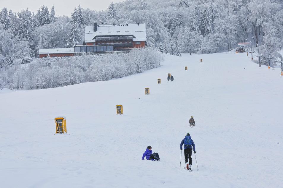 Auch ohne Liftbetrieb nutzen Skifahrer und Rodler den Lausche-Hang im Zittauer Gebirge.