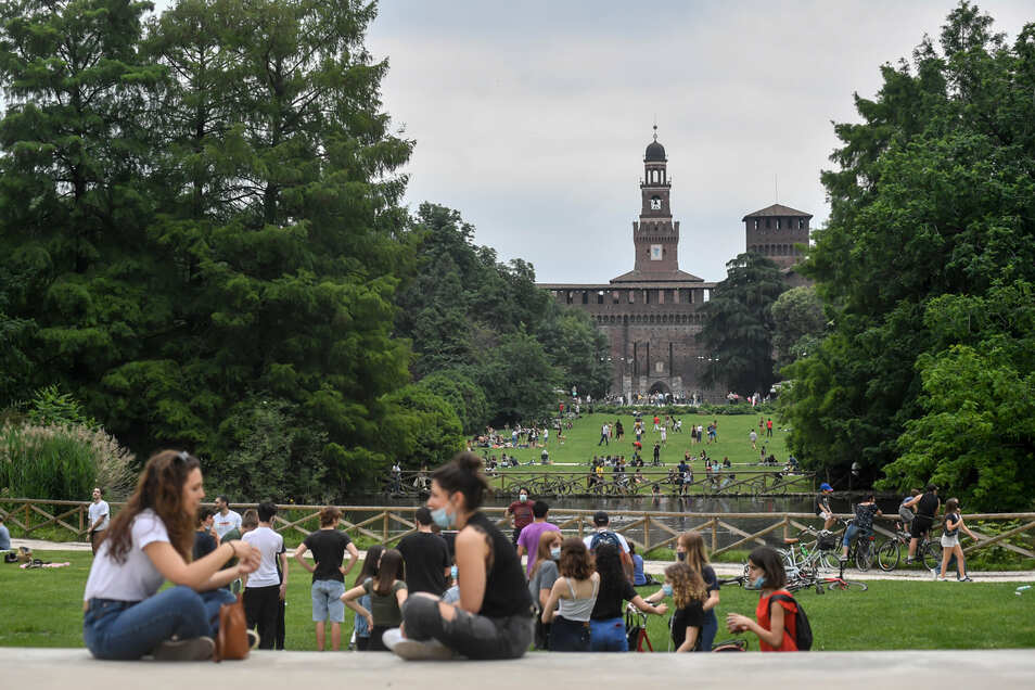 Ein Park in Mailand ist am Wochenende gut besucht, nachdem zum ersten Mal nach zwei Monaten die Ausgangssperre in Folge der Corona-Pandemie gelockert wurde.