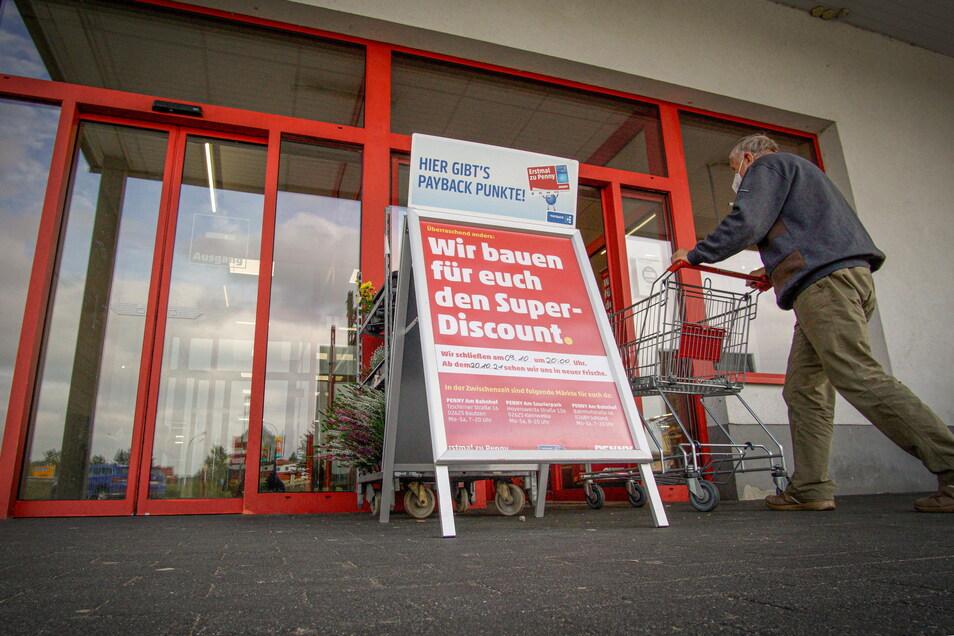 Ein Schild am Eingang des Penny-Marktes Am Carolagarten in Bautzen weist die Kunden darauf hin: Ab Montag bleibt die Tür geschlossen - aber nur für kure Zeit.