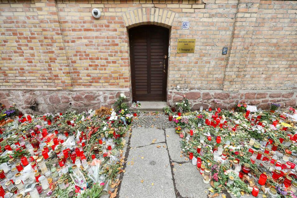 Oktober 2019: Nur noch ein schmaler Weg führt zwischen den Blumen und Kerzen zur Tür der Synagoge Halle.