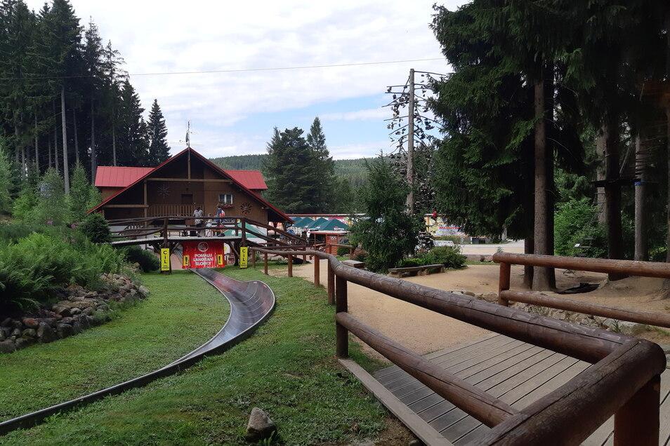 Eine Bobbahn mit angrenzendem großen Kletterwald sorgt für viel Spaß für Jedermann. Im gleichen Areal befindet sich übrigens auch ein kleiner Kletterparcours für jüngere Kinder.