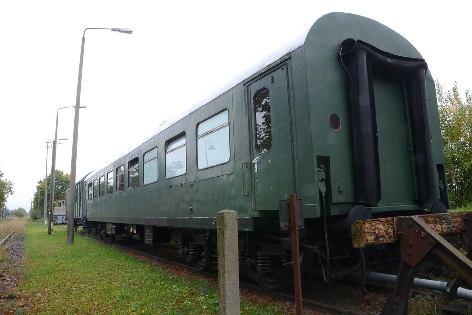 Ein abgestellter; ehemaliger Personenwagen vom Typ Halberstadt der Deutschen Reichsbahn.