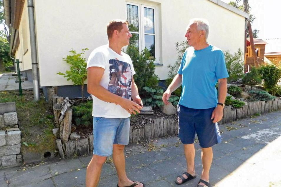 Christoph Kahle (rechts) aus dem thüringischen Erfurt kommt regelmäßig in die Lausitz, besucht in Klein Priebus seine Familie und ist im Sommer mit den Enkeln gerne im Freibad Skerbersdorf.