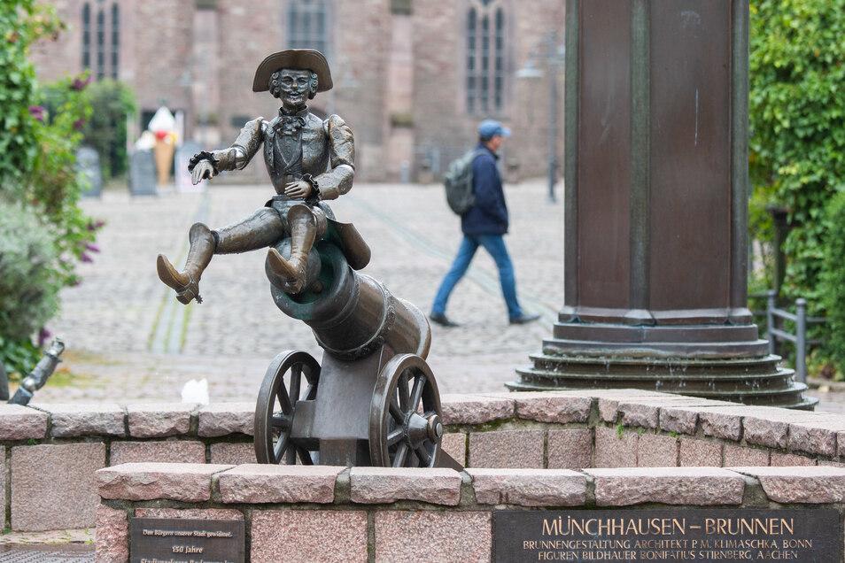 Der Münchhausen-Brunnen in Bodenwerder zeigt den Baron von Münchhausen beim Ritt auf der Kanonenkugel.