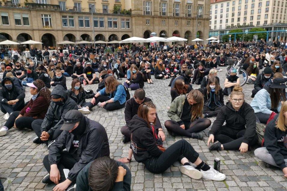 Bei der Demo gegen Rassismus setzten sich die Teilnehmer am Anfang still auf den Altmarkt.