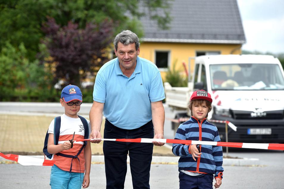 Franz und Janne (rechts) vom Kinderhaus Pfiffkus weihten gemeinsam mit Bürgermeister Michael Görke den neuen Wanderparkplatz ein.