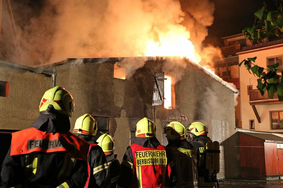 Als die Freiwilligen Feuerwehren aus Radeburg, Ottendorf-Okrilla und den angrenzenden Gemeinden eintrafen, loderten die Flammen aus dem zweigeschossigen Gebäude.