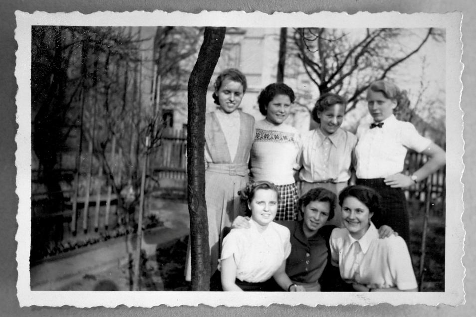 Irma, Irene Hermann, Ursel und Ingrid (oben von links) und Senta Vatterodt, Gitta und Hannelore Hühn als angehende Bauzeichnerinnen im ersten Lehrjahr.