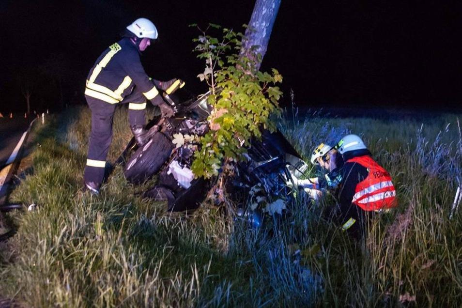 Das Auto des 60-jährigen Fahrers und seiner gleichaltrigen Beifahrerin kam aus noch ungeklärter Ursache von der Fahrbahn ab.