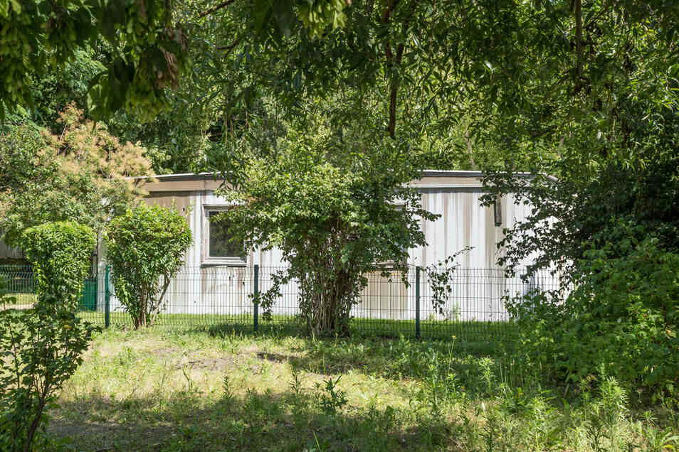 Hinter dem Schulgarten versteckt steht der alte DDR-Leichtbau, in dem der Schulclub ist. Dieser soll im Herbst einem neuen Gebäude weichen.