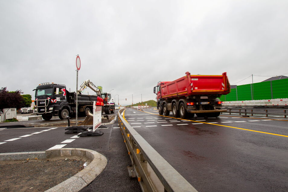 Bei jedem Wetter herrscht reger Baubetrieb auf der B 170 in Bannewitz. Hier wird gerade ein Fahrzeug entladen, das andere transportiert Material ab.