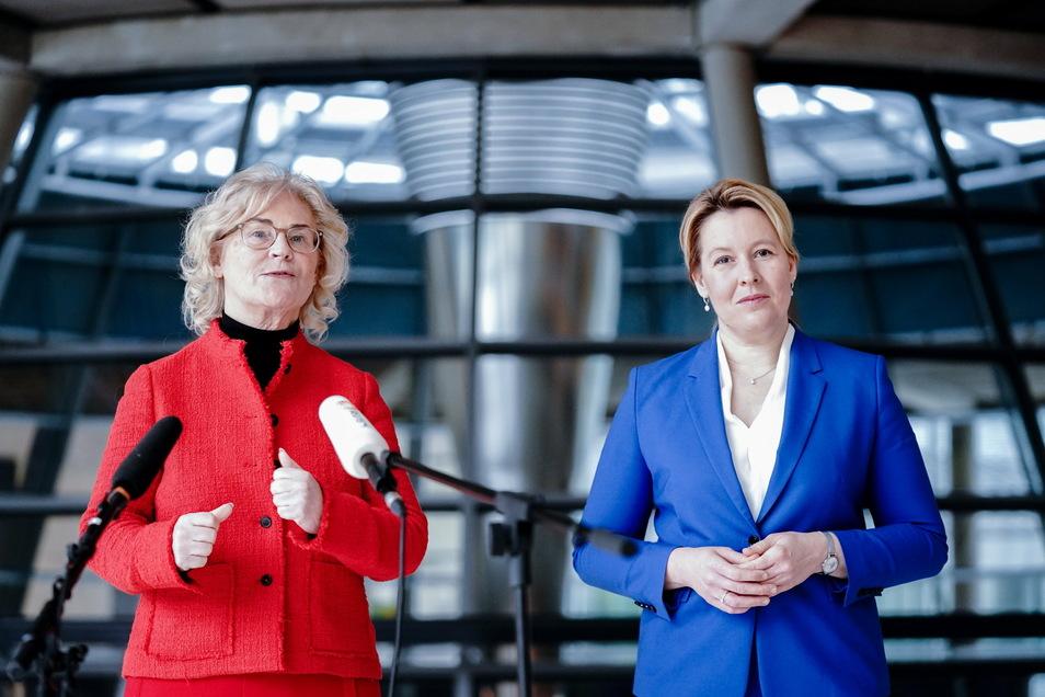 Franziska Giffey (r), Bundesministerin für Familie, Senioren, Frauen und Jugend, und Christine Lambrecht (beide SPD), Bundesministerin der Justiz und für Verbraucherschutz, geben eine Pressekonferenz zum Führungspositionengesetz.