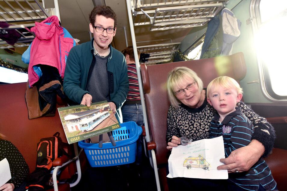 Auch bei den Sonderfahrten der Eisenbahnfreunde ist Kay Weißflog mit helfender Hand dabei, verkauft etwa Souvenirs und Kalender.