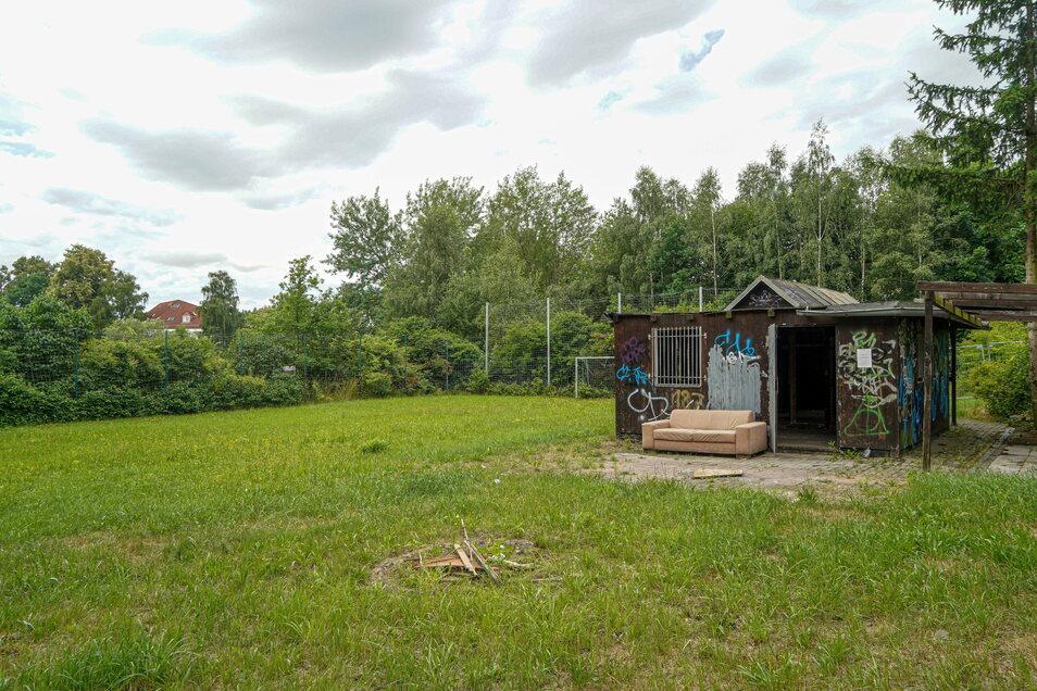 Gleich neben der alten Hütte befindet sich ein kleiner Fußballplatz. Der Saxonia Kinderland e. V. schreibt in seinem Konzept, dass er auch Sportturniere organisieren will.