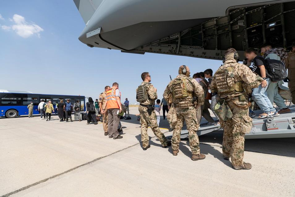 Schutzbedürftige Menschen Ende August in Taschkent: Die Bundeswehr hatte sie zuvor aus Kabul evakuiert.