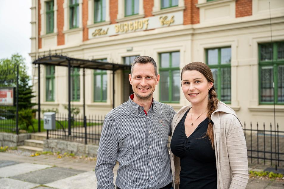Stephan und Alexandra Quill vor dem Hotel Burghof in Görlitz. Am Fuße der Landeskrone laden sie zum Urlaub in Ferienwohnungen ein.