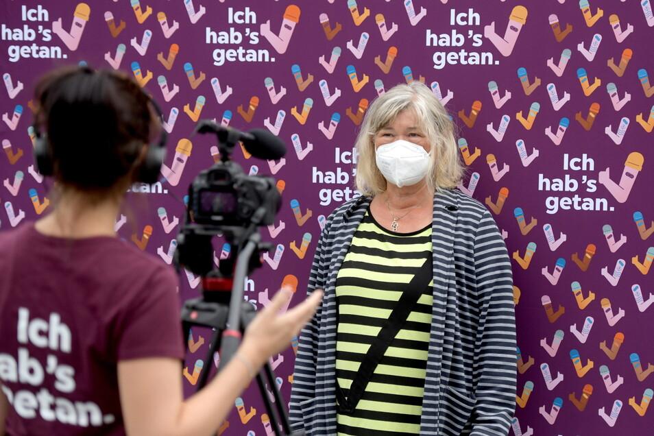 """Doris Richter aus Görlitz unterstützt die Impfkampagne """"Ich hab's getan"""". Dafür war am Donnerstag ein Team des Staatsministeriums für Soziales vor dem Löbauer Impfzentrum, um Geimpfte wie sie zu filmen und zu fotografieren."""