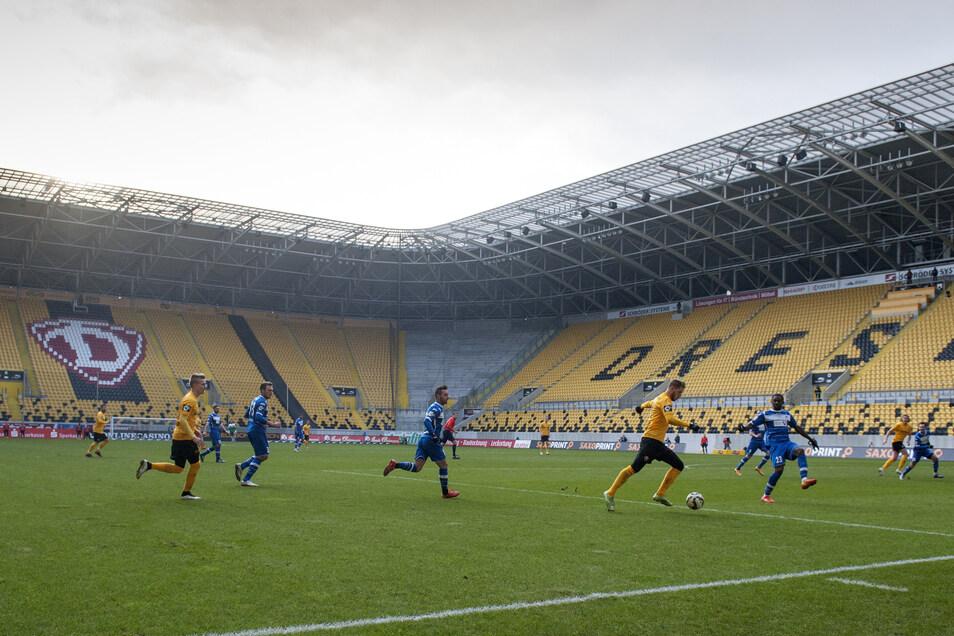 Justin Eilers versucht, einen Angriff abzuschließen. Doch vor der gespenstischen Kulisse im leeren Stadion gelingt auch dem Torjäger kein Treffer - Dynamo verliert durch einen Treffer des Erfurters Rafael Czichos in der 88. Minute mit 0:1.