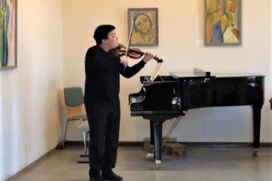 Nikolai Litsoukov ist ein großes Talent in der Musikschule des Landkreises. Er nahm jetzt das erste Youtube-Wohnzimmerkonzert auf.