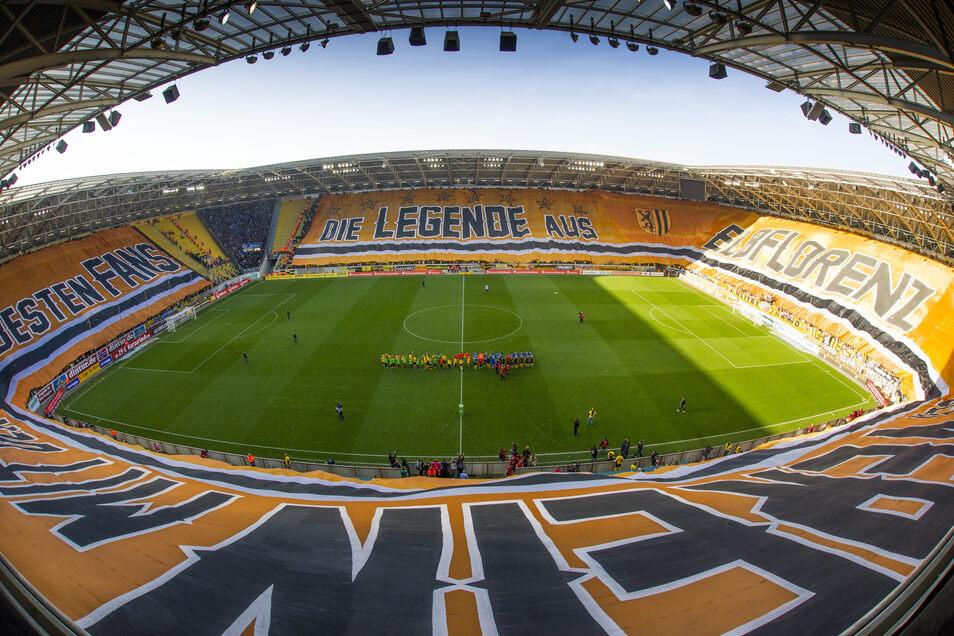 """Dresden am 31. Oktober 2015: Mit einer riesigen Blockfahne, 350 Meter lang und 35 Meter hoch, sorgen Dynamos Ultras für Schlagzeilen. """"Die Legende aus Elbflorenz - der Verein mit den besten Fans"""" steht darauf geschrieben."""