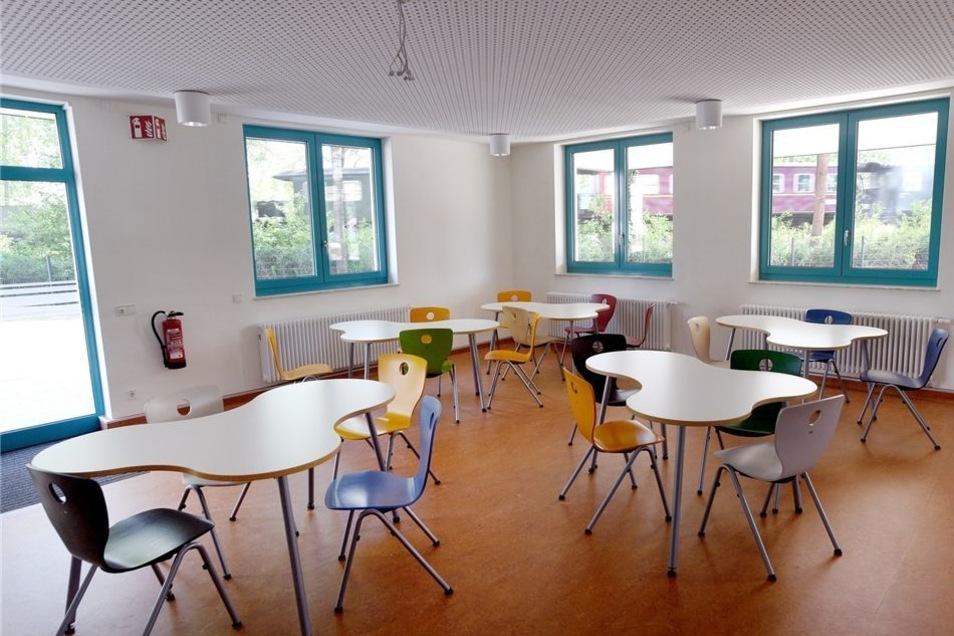 Die schuleigene Cafeteria mit Ausgang zum Hof und Lehrküche betreiben die Schüler künftig selbst.