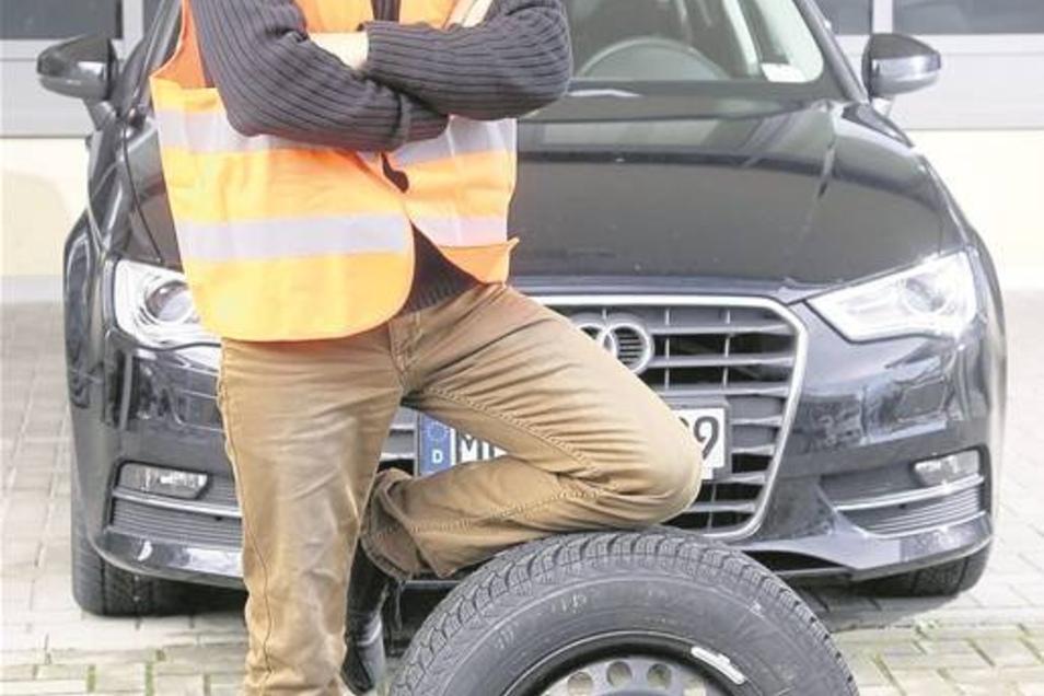 Am elterlichen VW wechselt Eric Lebelt regelmäßig die Räder. Aber ohne Hast. Für den Testdurchgang braucht er 6 Minuten, 45 Sekunden.Text: Jane Pabst/Fotos: Alex Schröter
