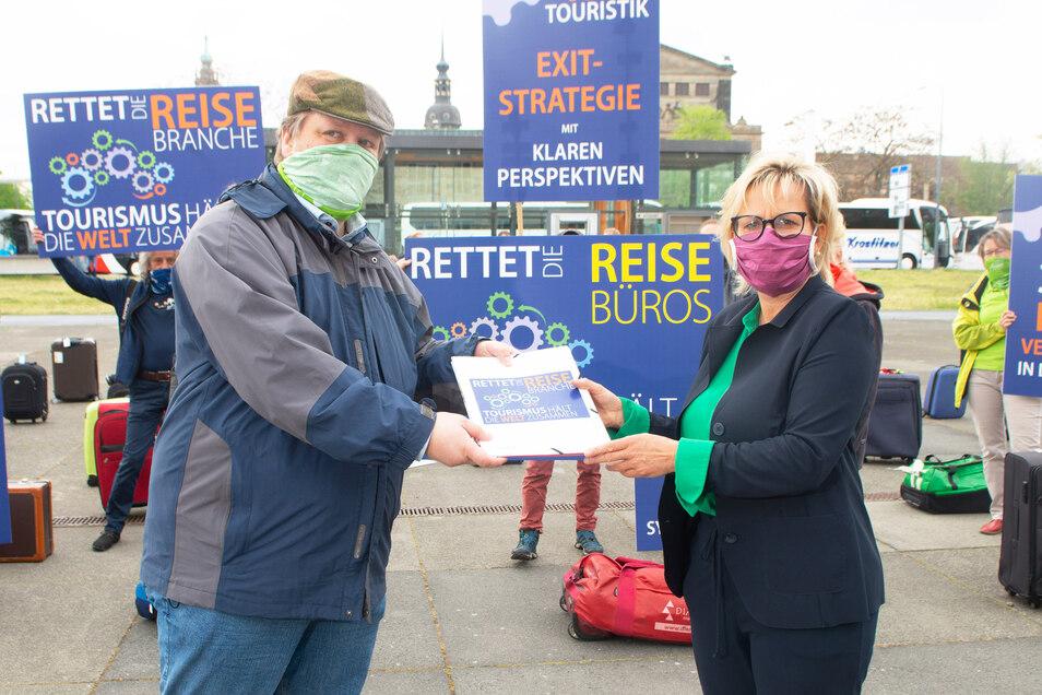 Reisebüro-Inhaber Rainer Maertens übergibt die Forderungen seiner Branche an Tourismus-Ministerin Barbara Klepsch (CDU).