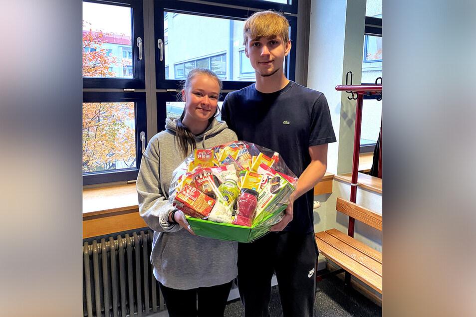 Lea Schneiderheinze und Kevin Rohwer aus dem Martin-Luther-Gymnasium Hartha sind die ersten Gewinner im diesjährigen Planspiel Börse der Sparkasse.