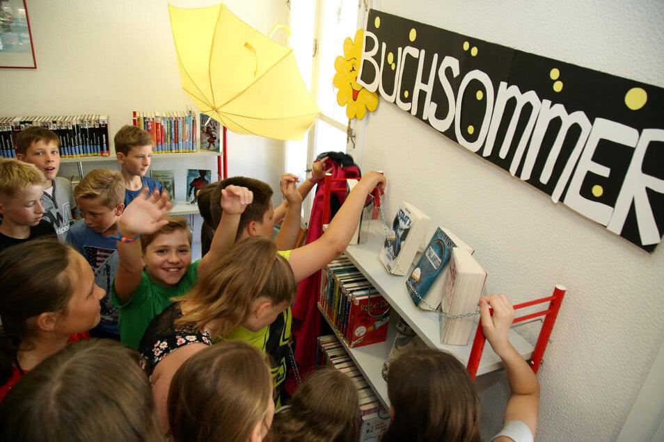 Die Fünftklässler des Friedrich-Schleiermacher-Gymnasium nutzten im vergangenen Jahr den Buchsommer in der Stadtbibliothek Niesky, um sich mit neuem Lesestoff zu versorgen. Dieses Jahr wird es nur einen Sommer ohne Bücher aus der Bibliothek geben.
