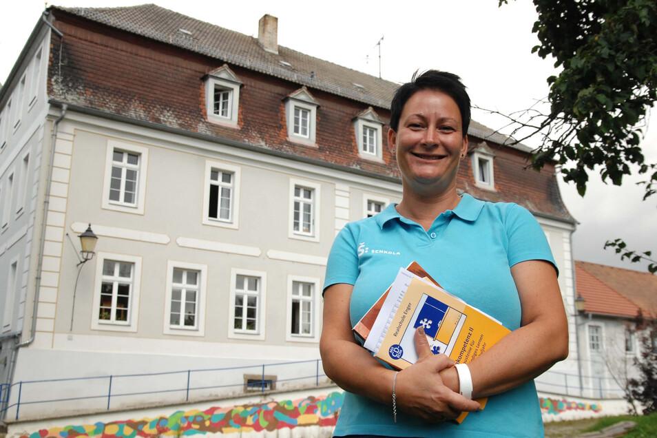 Geschäftsführerin Ute Wunderlich begrüßt zwei Tage ein MDR-Kamerateam in der Schkola. Einen davon ist es in Ostritz unterwegs.